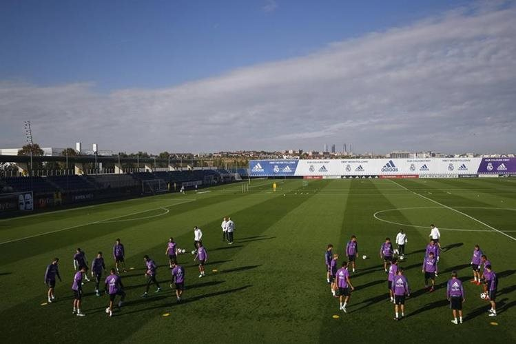 Los jugadores del Real Madrid, durante la práctica de este martes. (Foto Prensa Libre: EFE)