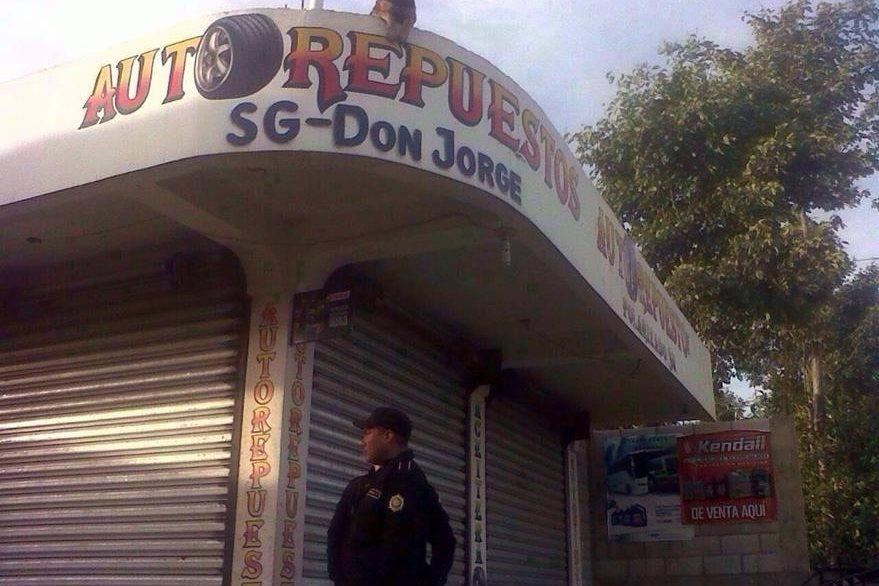Taller de mecánica en la cabecera de Sololá es resguardado por agentes de la PNC durante allanamiento. (Foto Prensa Libre: PNC)