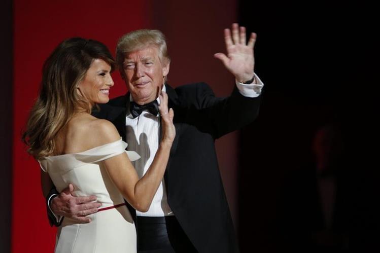 Trump baila con su esposa Melania en la tradicional gala que marca el protocolo de cambio de mando presidencial en EE. UU. (Foto Prensa Libre: EFE).