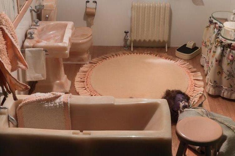 Papel higiénico, balanza, alfombra, tocador... ningún detalle falta en la escena. OFICINA DE MEDICINA LEGAL DE MARYLAND