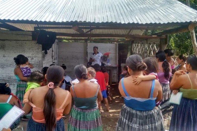 Niños y adultos de San Martín Dos, en Sayxché, reciben cuidados médicos por infección en la piel. (Foto Prensa Libre: Rigoberto Escobar)