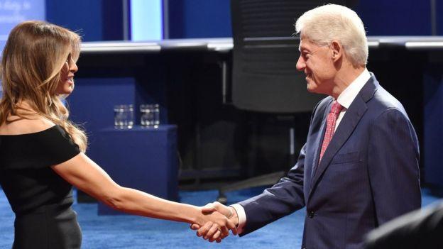 Los cónyuges de los candidatos, Melania Trump y Bill Clinton, se saludaron antes del debate. GETTY IMAGES