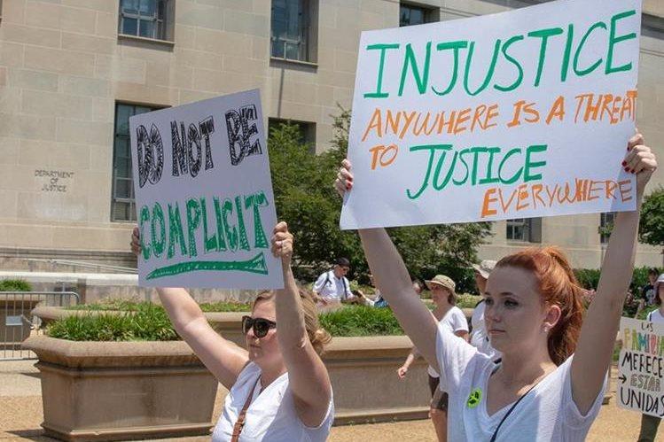 Activistas protestan contra la separación de familias en las fronteras, en Washington. (Foto Prensa Libre: AFP)