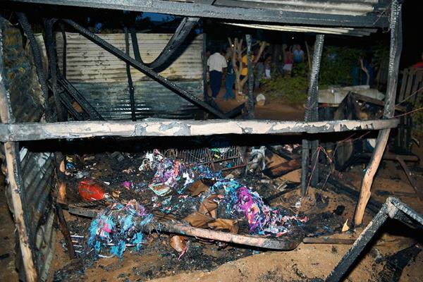 El Fuego  destruyó parte de la vivienda en la colonia Pueblo Nuevo, en la cabecera de Zacapa. (Foto Prensa Libre: Víctor Gómez)