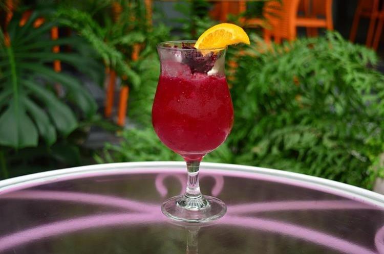 En la Trioska predomina el familiar sabor a rosa de jamaica, con un toque de toronja para sorprender. (Foto Prensa Libre: Alejandro Ortiz).
