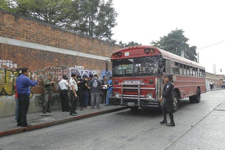 La PNC estableció un perímetro de seguridad de casi 100 metros alrededor del autobús. (Foto Prensa Libre: Paulo Raquec)