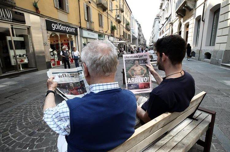 Aficionados italianos leen la Gazzetta dello Sport de este miércoles. (Foto Prensa Libre: AFP)
