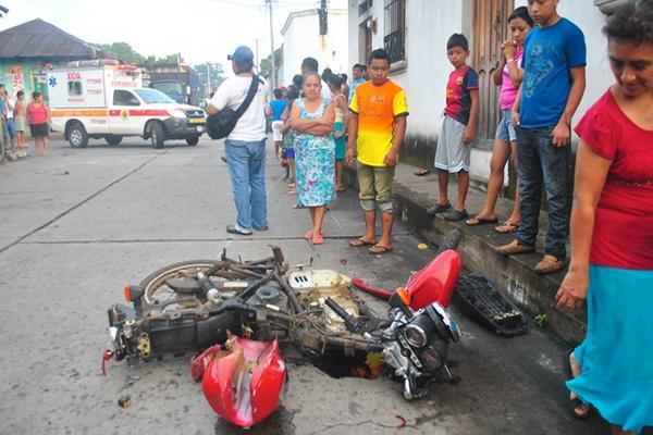 """<p>Socorristas y vecinos observan estado de la motocicleta, en la zona 1 de la cabecera de Retalhuleu. (Foto Prensa Libre: Jorge Tizol)<br _mce_bogus=""""1""""></p>"""