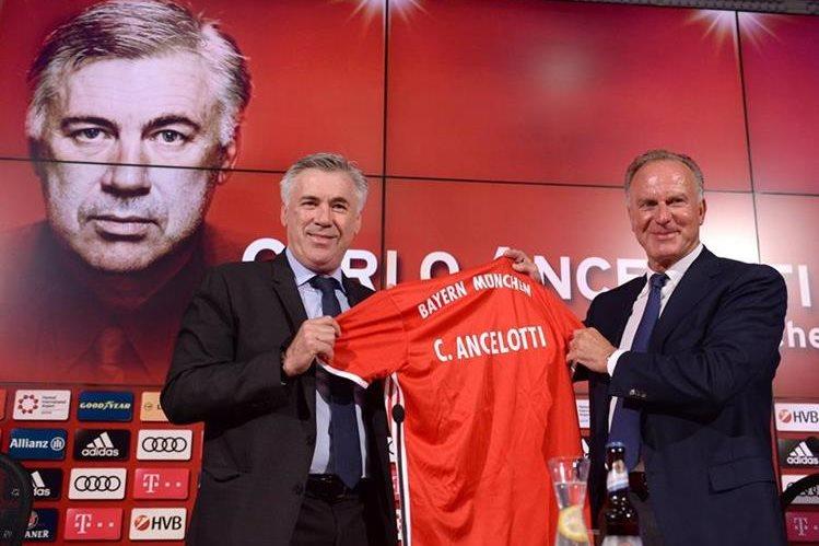 El técnico italiano Carlo Ancelotti es presentado como técnico del Bayern Munich por el director deportivo Karl-Heinz Rummenigge. (Foto Prensa Libre: AFP)