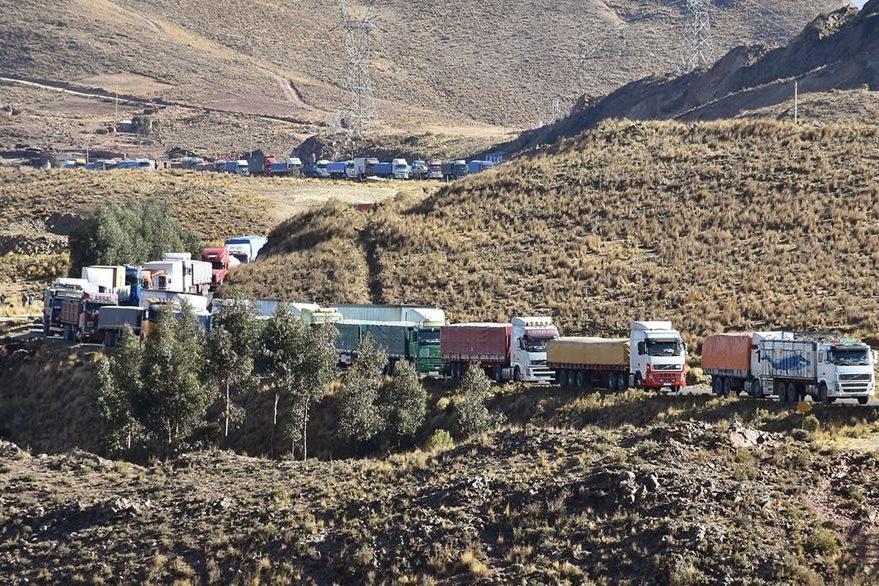 Vehículos varados a lo largo de diez kilómetros en una carretera de Cochabamba como resultado de los bloqueos mineros, desde hace tres días. (Foto Prensa Libre: EFE).