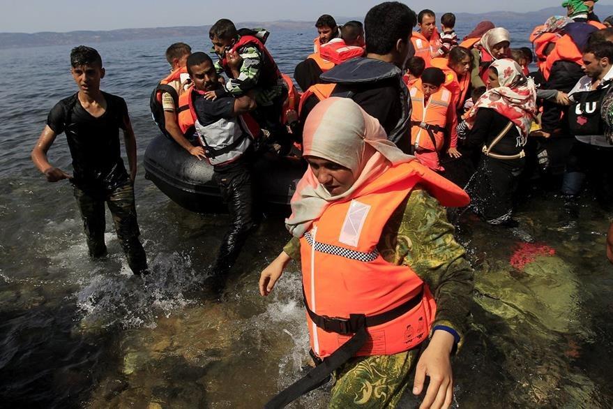 Cerca de tres mil refugiados sirios procedentes de Turquía desembarcan a diario en islas griegas. Foto Prensa Libre(EFE)