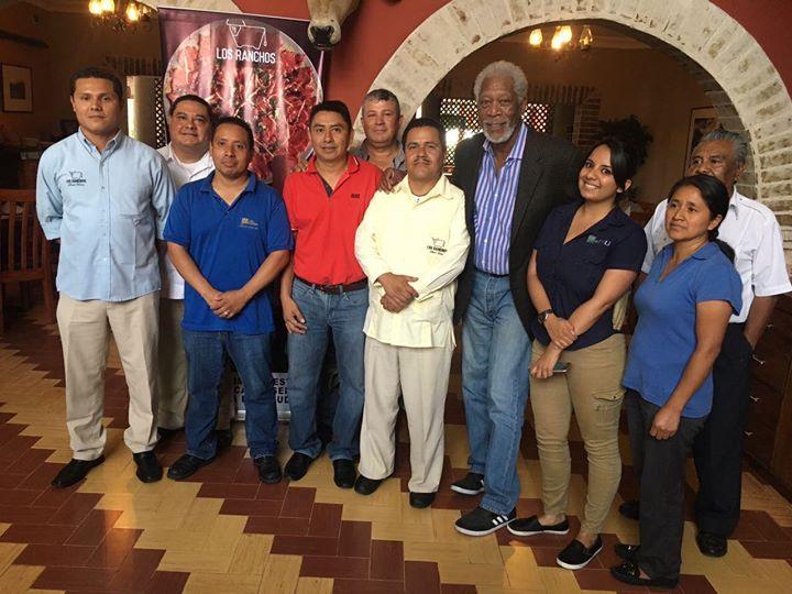 Freeman, se tomó una fotografía junto a trabajadores de un restaurante de la zona 10. (Foto Prensa Libre: Hemeroteca PL)