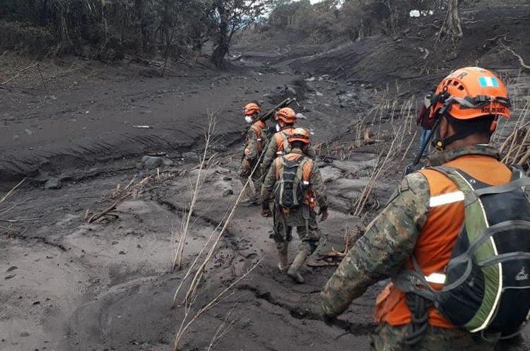 Elementos del Ejército apoyan a los pobladores mientras avanzan en el camino.