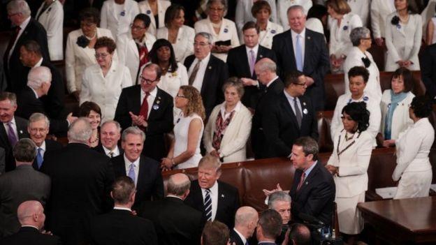 Las mujeres de la bancada demócrata asistieron vestidas de blanco. (GETTY IMAGES).