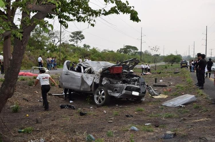 En el lugar del percance del domingo, en el km 71 de la ruta a Puerto Quetzal, quedaron cuatro víctimas mortales. (Foto Prensa Libre: Enrique Paredes)