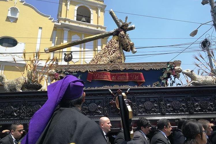 Procesión de Jesús de Las Tres Potencias hace su recorrido este Lunes Santo. (Foto Prensa Libre: Oscar García)