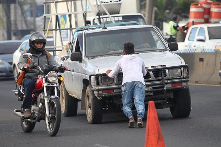 Los vehículos habitualmente se descomponen al transitar por los 700 metros de longitud de la cuesta de Villalobos. (Foto Prensa Libre: Erick Ávila)