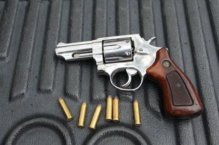 Arma incautada a un hombre y su madre en Santa Catarina Mita, Jutiapa. (Foto Prensa Libre: PNC)