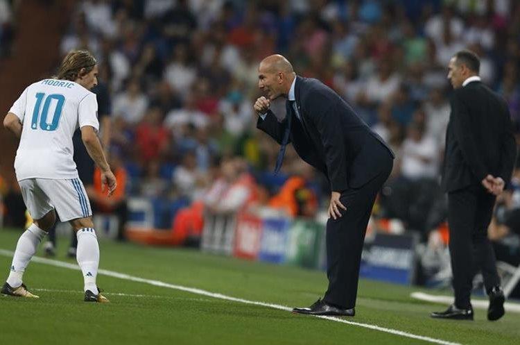 Zinedine Zidane gira instrucciones a Luka Modric.