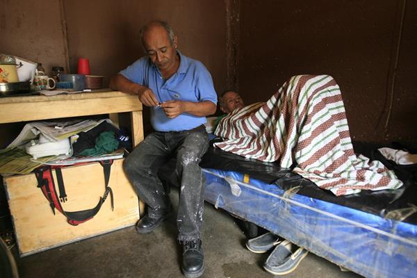 Carlos Oswaldo Telón denunció que su hermano Víctor Manuel Telón (en cama) fue víctima de las inoculaciones durante los experimentos de los años 50, mientras permanecía recluido en el hospital de salud mental. (Foto Prensa Libre: Hemeroteca PL)