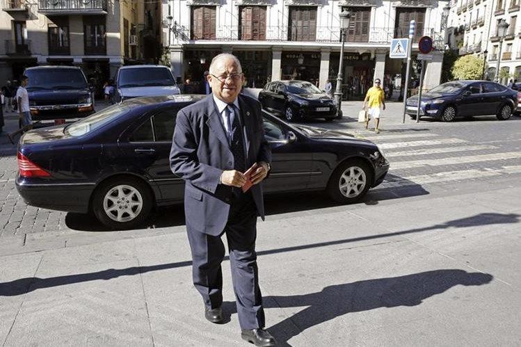 <em>El embajador de Venezuela en España, Mario Isea, a su llegada al Palacio de Santa Cruz, sede del Ministerio de Exteriores. (Foto Prensa Libre: EFE).</em>