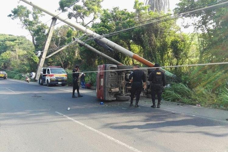 Hombre choca contra poste luego de que se quedó dormido al volante, en el km 96 de la ruta al suroccidente, en Santa Lucía Cotzumalguapa. (Foto Prensa Libre: Enrique Paredes)