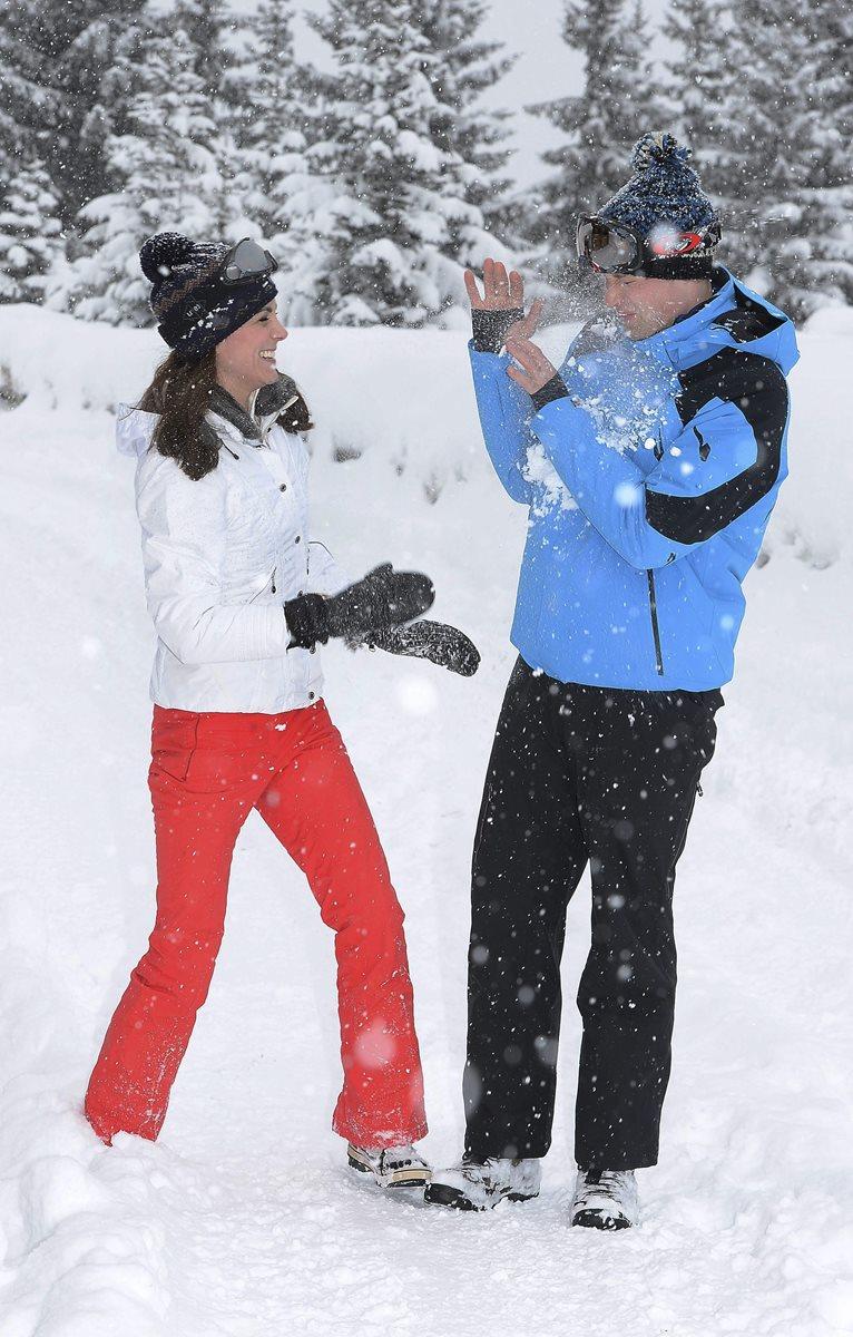 El príncipe Guillermo de Inglaterra (der.) y su esposa, la duquesa Catalina de Cambridge durante sus vacaciones en los Alpes franceses. (Foto Prensa Libre: EFE).