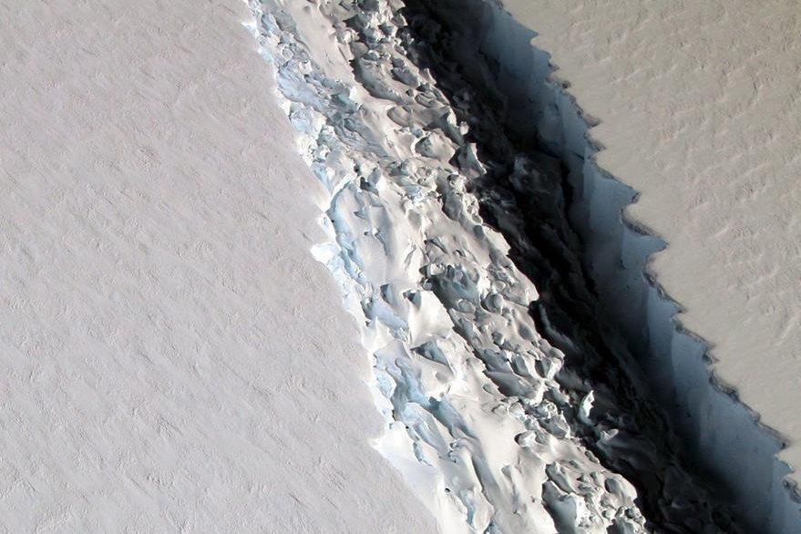 Fotografía facilitada por la NASA del pasado 10 de noviembre de 2016 que muestra una gran grieta en la barrera de hielo Larsen que terminará por partir la plataforma de hielo. (Foto Prensa Libre: EFE).