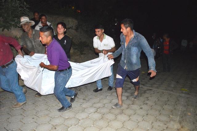 Los cuerpos de los dos hombres ultimados a balazos en la aldea Las Agujitas, fueron llevados a la morgue de Jalapa. (Foto Prensa Libre: Hugo Oliva)