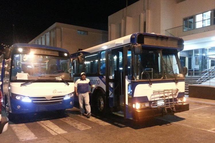 Transportistas muestran el modelo de autobuses que podrían implementar en los próximos meses en Mixco. (Foto Prensa Libre: Municipalidad de Mixco)