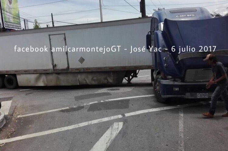 Tráiler descompuesto en zona 10. (Foto Prensa Libre: Amílcar Montejo)