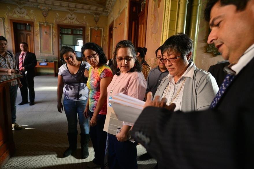 Activistas sociales solicitan al TSE la cancelación de los partidos por incumplir techo de gastos de campaña en 2011 y 2015. (Foto Prensa Libre: Edwin Bercián)