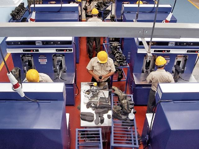 La Industria Militar se especializa en la fabricación de uniformes, calzado y armamento.