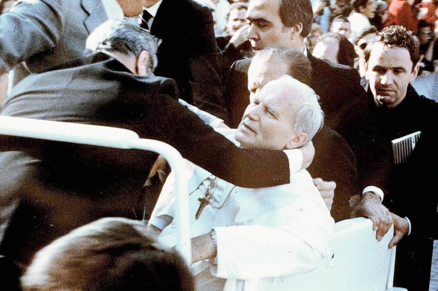Juan Pablo II se desmaya al ser herido de bala en el jeep donde se conducía en la Plaza de San Pedro, el 13 de mayo de 1981. (Foto Prensa Libre: AFP)