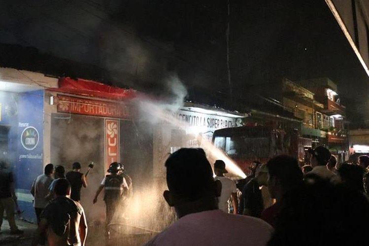 Durante el incendio se registró una fuerte lluvia que ayudo apagar el fuego. (Foto Prensa Libre: Cristian Soto)