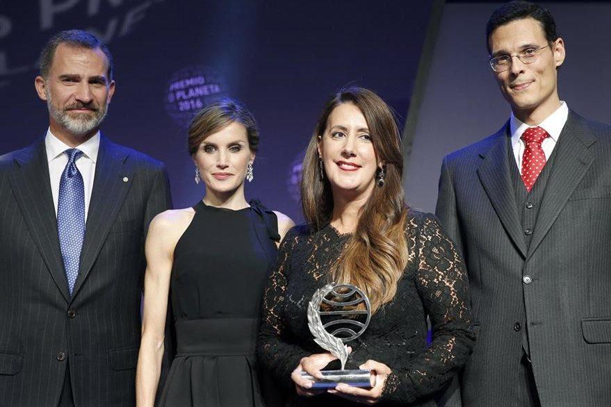 La escritora Dolores Redondo (2d), acompañada por los Reyes, Felipe y Letizia, y del finalista Marcos Chicot (d).