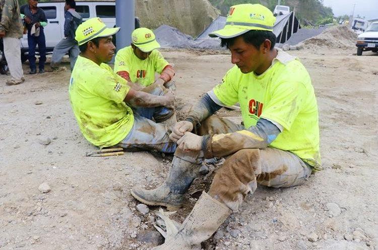 Tres de los 14 trabajadores de Covial que ayudaron a rescatar a sus compañeros. (Foto Prensa Libre: Rolando Miranda)