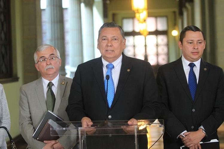 Vicepresidente Fuente Soria en conferencia de prensa al concluir una reunión del Consejo Nacional de Seguridad Alimentaria y Nutricional. (Foto Prensa Libre: Esbin García)