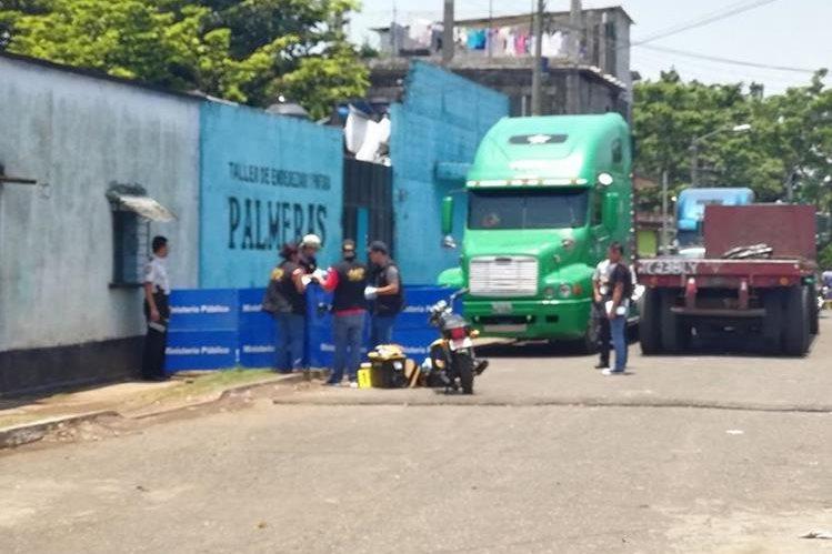 El ataque armado se registró en el taller de enderezado y pintura Palmeras, ubicado en la colonia Palmeras del Sur, zona 4 de Escuintla. (Foto Prensa Libre: Enrique Paredes)