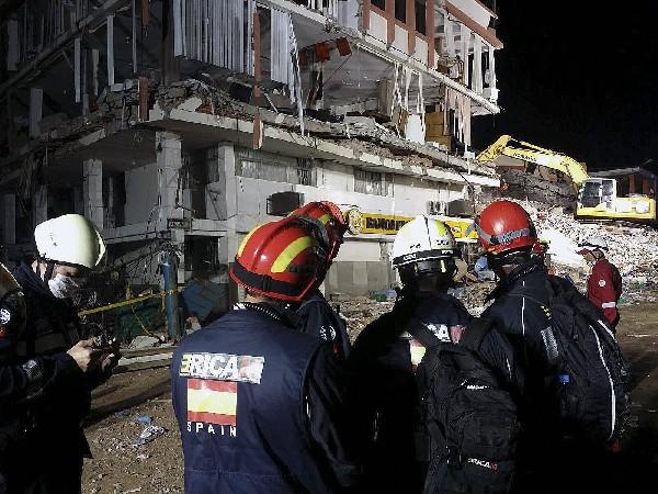 Rescatistas españoles buscan sobrevivientes del terremoto en Manabí, Ecuador. (EFE).