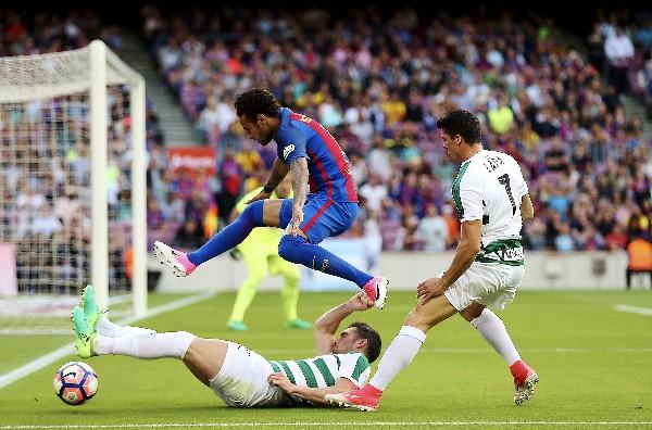 Neymar Jr. ante los defensas Anaitz Arbilla y Ander Capa del Éibar.