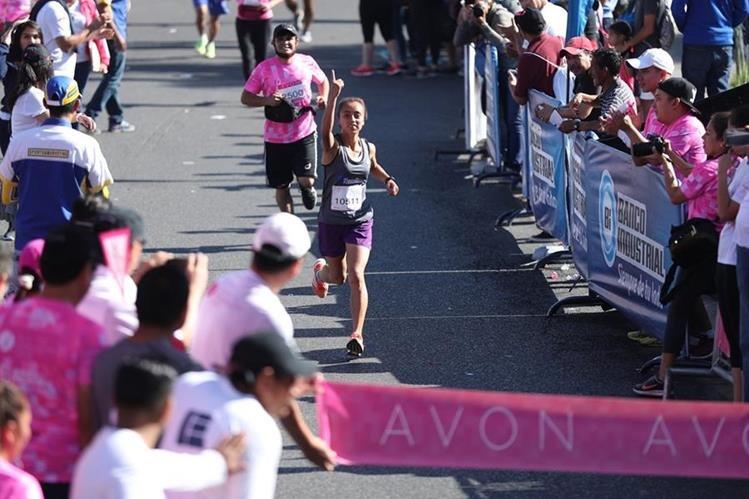 Heidy Villegas levanta la mano en seña de triunfo al acercarse a la meta en la Carrera Caminata Avon. (Foto Prensa Libre: Esbin Garcia)