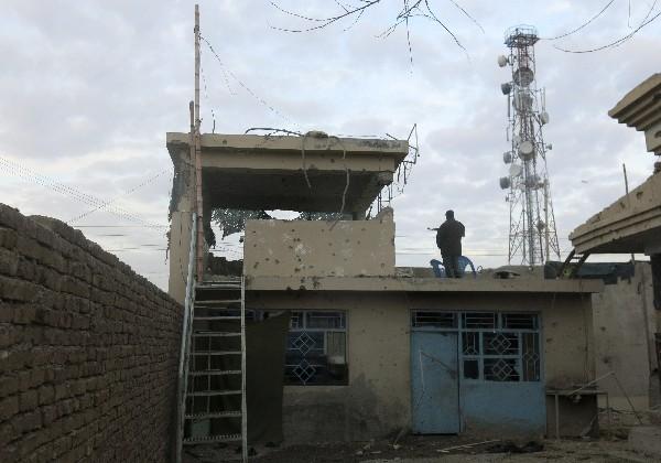 Un integrante de las fuerzas de seguridad afganas asegura el lugar tras el ataque.