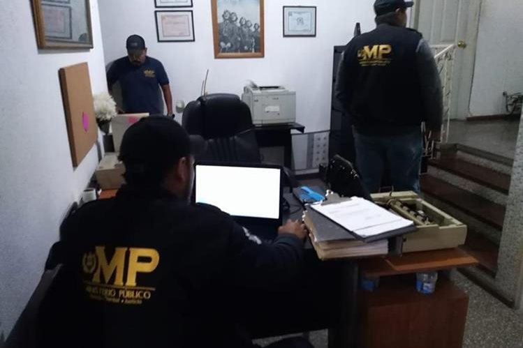 Agentes fiscales buscan información relacionada con casos de adopción irregular. (Foto Prensa Libre: MP)