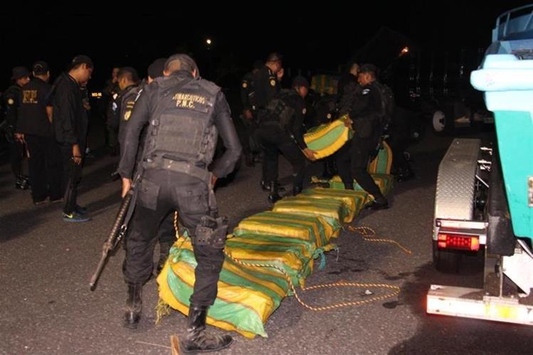Agentes antinarcóticos trasladan las tulas a la Base Naval del Pacífico. (Foto Prensa Libre: PNC)