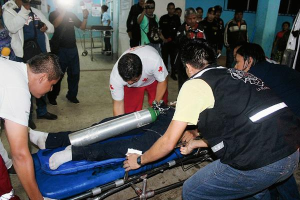 Socorristas ingresan a Julio César Vásquez  al hospital de Coatepeque, quien murió minutos después. (Foto Prensa Libre: Alexánder Coyoy)