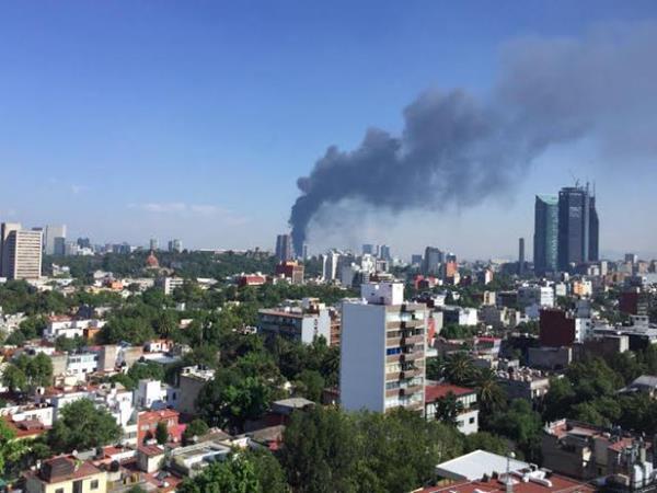 La columna de humo negro podía verse desde el céntrico Paseo de la Reforma.(Internet).