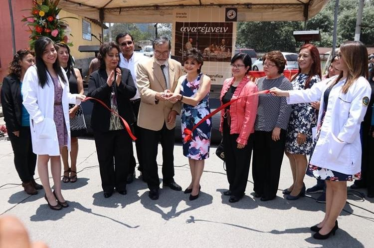 Médicos y estudiantes del Cunoc, junto al alcalde de Xela, Luis Grijalva, inauguran la primera exposición fotográfica de disecciones en Quetzaltenango. (Foto Prensa Libre: María José Longo)