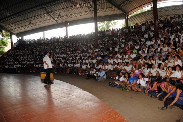El cómico abuelo cándido cuenta un chiste a estudiantes que asistieron a actividad a favor de los Bomberos Voluntarios, en Retalhuleu. (Foto Prensa Libre: Rolando Miranda)