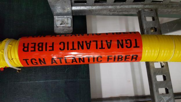 El cable TGN-Atlantic viaja por el océano desde Reino Unido hasta EE.UU., transportando datos de internet a una velocidad de cerca de 200.000 metros por segundo. TATA COMMUNICATIONS